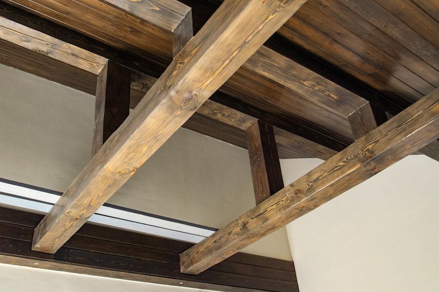 имитация балок на потолке