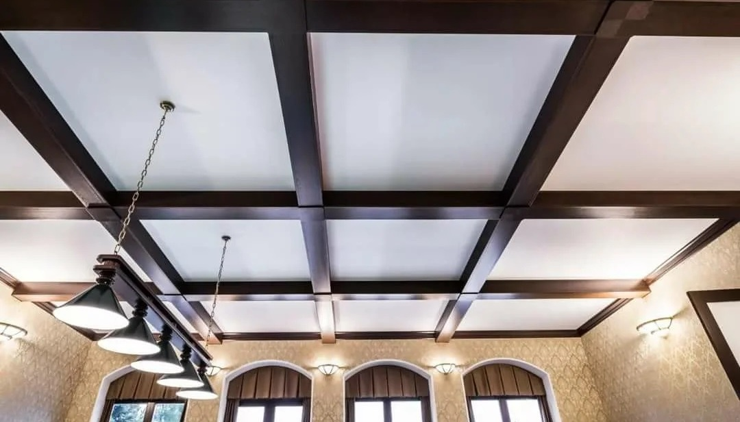 натяжной потолок с балками